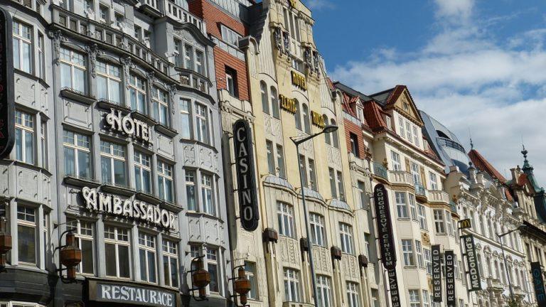 Jak znaleźć niedrogi nocleg w Pradze?